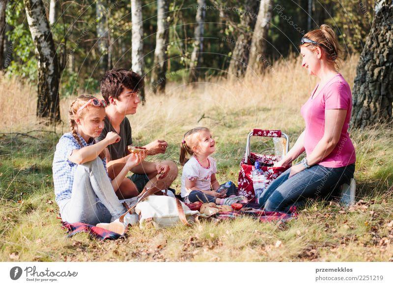 Familie, die zusammen Ferienzeit auf einem Picknick verbringt Lifestyle Freude Glück Erholung Ferien & Urlaub & Reisen Sommer Kind Mädchen Junge Junge Frau