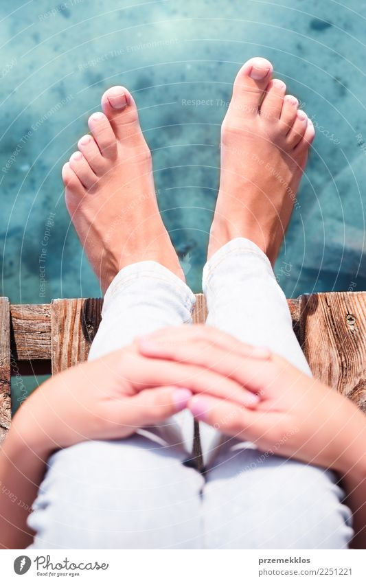 Weibliche Beine auf Anlegestelle über dem See am sonnigen Tag Erholung Freizeit & Hobby Ferien & Urlaub & Reisen Sommer Meer Mädchen Junge Frau Jugendliche