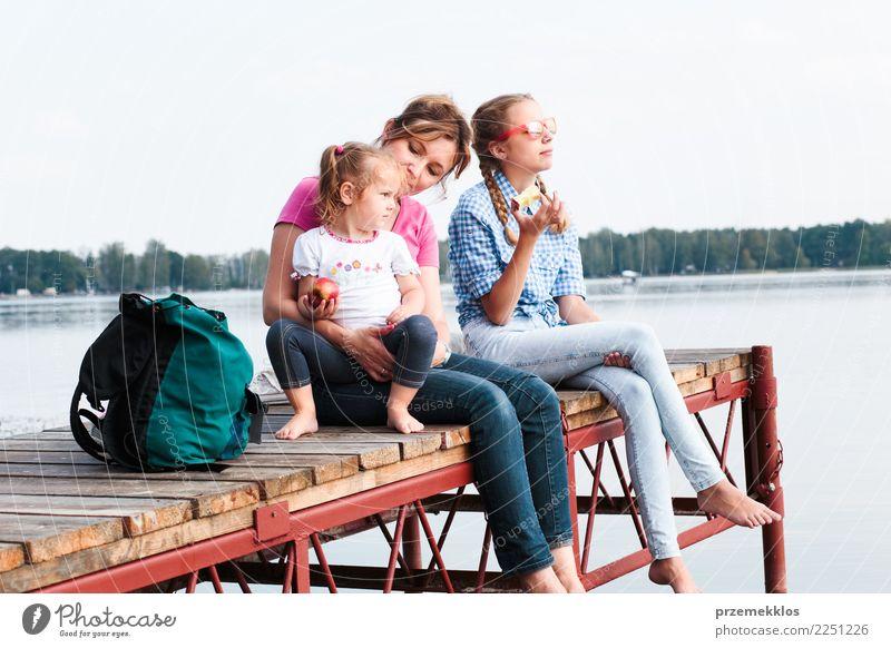 Familie, die die Ferienzeit zusammen sitzt über dem See verbringt Freude Glück Erholung Freizeit & Hobby Ferien & Urlaub & Reisen Sommer Sommerurlaub Kind