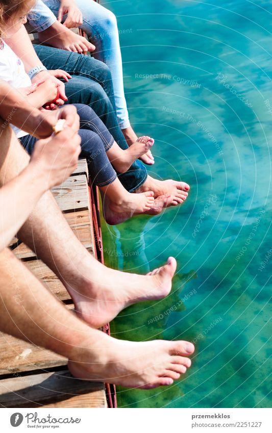 Familie, die die Ferienzeit zusammen sitzt über dem See verbringt Freude Glück Erholung Freizeit & Hobby Ferien & Urlaub & Reisen Sommer Kind Kleinkind Mädchen