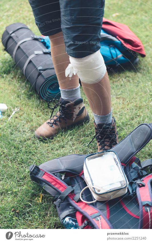 Frau verletzt im Unfall auf Bergwanderung Lifestyle Ferien & Urlaub & Reisen Sommer Sport Mensch Erwachsene Beine 1 18-30 Jahre Jugendliche 30-45 Jahre Gras