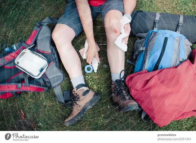 Frau, die die Wunde auf ihrem Knie mit Medizin im Spray ankleidet Lifestyle Ferien & Urlaub & Reisen Sommer wandern Sport Mensch Erwachsene Beine 1 18-30 Jahre
