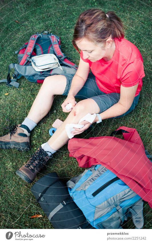Frau Mensch Ferien & Urlaub & Reisen Sommer Erwachsene Lifestyle Sport sitzen Aktion authentisch Wunde Rucksack Knie 30-45 Jahre Sportbekleidung wehtun