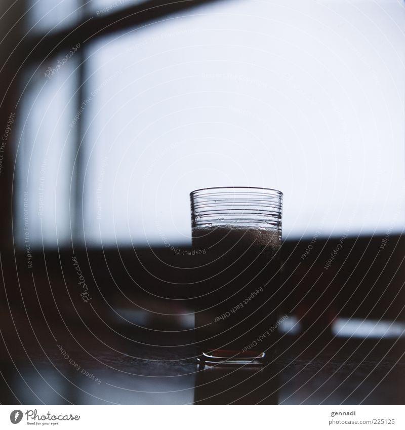 Erfrischungsgetränk Lebensmittel Getränk Bier Malz Glas Fenster Fensterscheibe dunkel braun Flüssigkeit Durstlöscher Tisch voll Farbfoto Gedeckte Farben