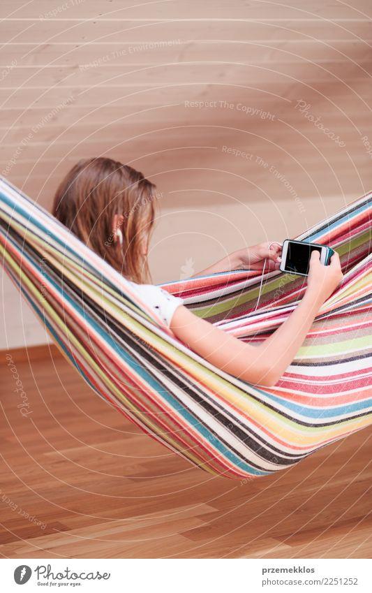 Mädchen, das Musik hört und mit Freunden am intelligenten Telefon plaudert Lifestyle kaufen Freizeit & Hobby Kind Handy PDA Technik & Technologie Mensch