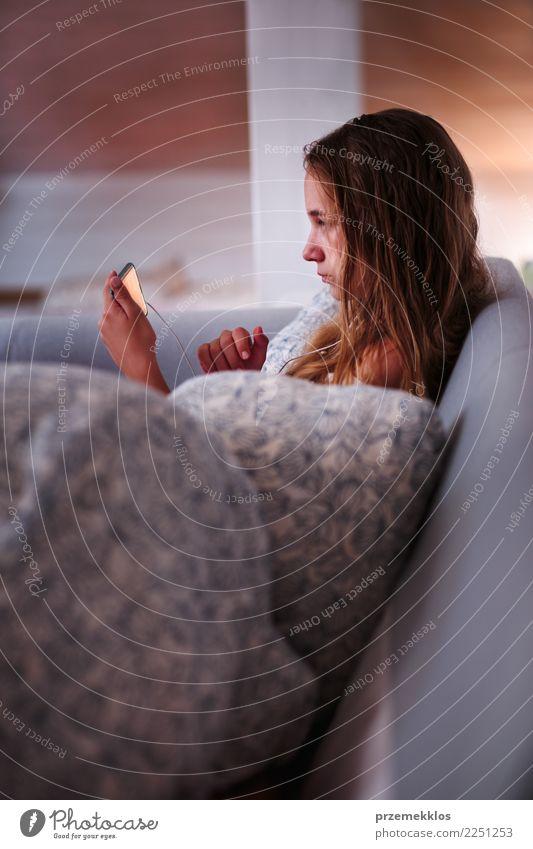 junge und m dchen welche die videospiele zu hause sitzen auf sofa spielt ein lizenzfreies. Black Bedroom Furniture Sets. Home Design Ideas
