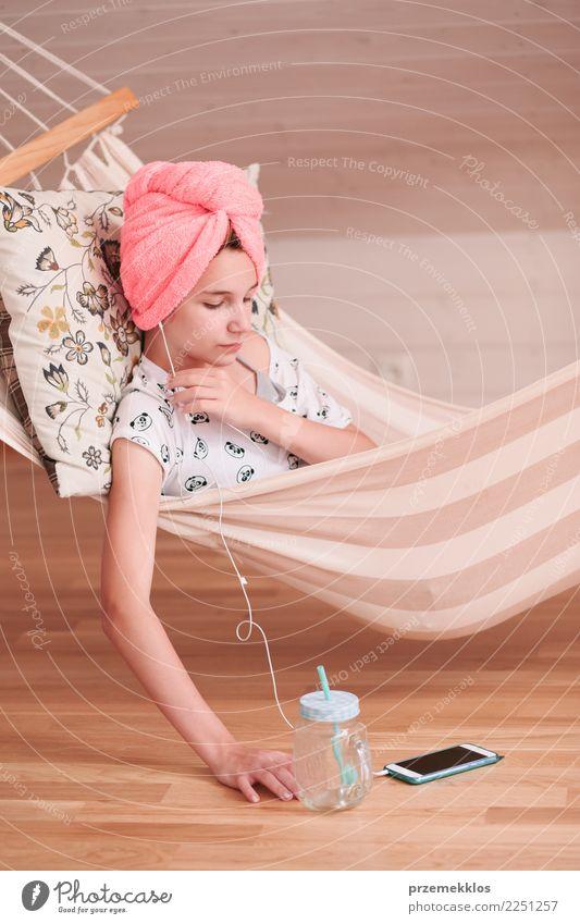 Mädchen mit Tuch auf Kopf unter Verwendung des Handys in der Hängematte Lifestyle kaufen Kind Telefon PDA Technik & Technologie Mensch Junge Frau Jugendliche 1