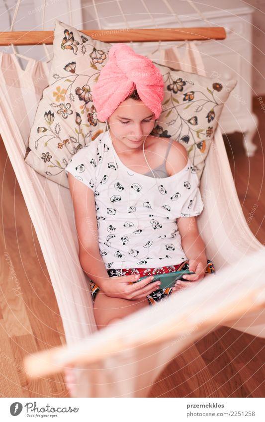 Jugendliche mit Tuch auf Kopf unter Verwendung des Handys Lifestyle kaufen Freizeit & Hobby Kind Telefon PDA Technik & Technologie Mensch Mädchen Junge Frau 1
