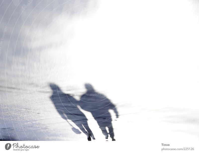 Schattenpaar Frau Mensch Mann Straße Paar Erwachsene Freundschaft Zusammensein gehen Platz Spaziergang Zusammenhalt Fußgänger Einigkeit