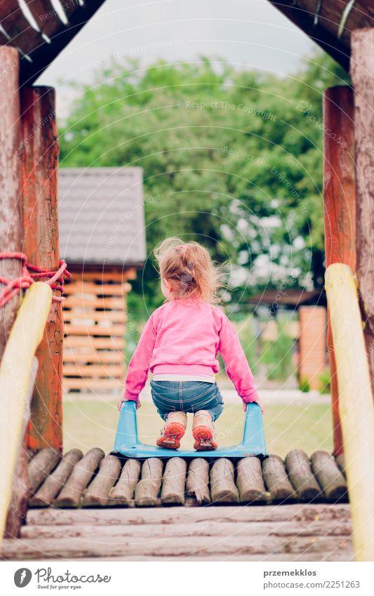 Kleines Kleinkindmädchen, das im Spielplatz steht auf Dia spielt Freude Glück Sommer Garten Kind Mädchen Kindheit 1 Mensch 3-8 Jahre Park Spielen klein niedlich