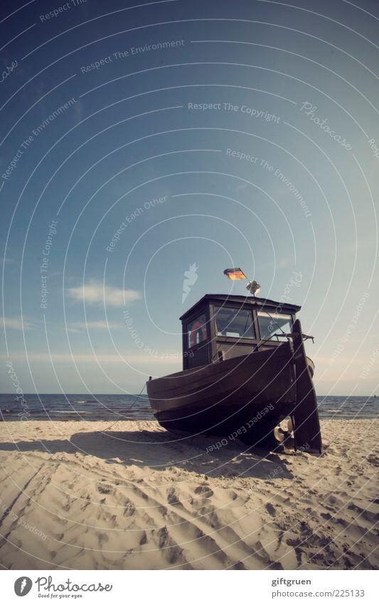 auf dem trockenen Fischerboot Umwelt Natur Landschaft Urelemente Sand Wasser Himmel Sommer Schönes Wetter Küste Ostsee Meer alt Fahne Deutsche Flagge Sandstrand