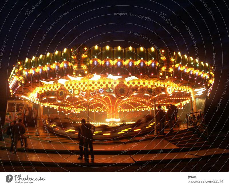 Ufo auf dem Rummel Jahrmarkt Karussell Nacht Club Licht Bewegung