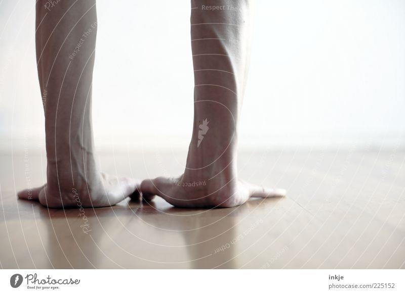 ...und jetzt loslaufen! Mensch Hand Leben Spielen Kraft Freizeit & Hobby laufen Beginn lernen außergewöhnlich stehen Lifestyle Boden Konzentration Fitness sportlich