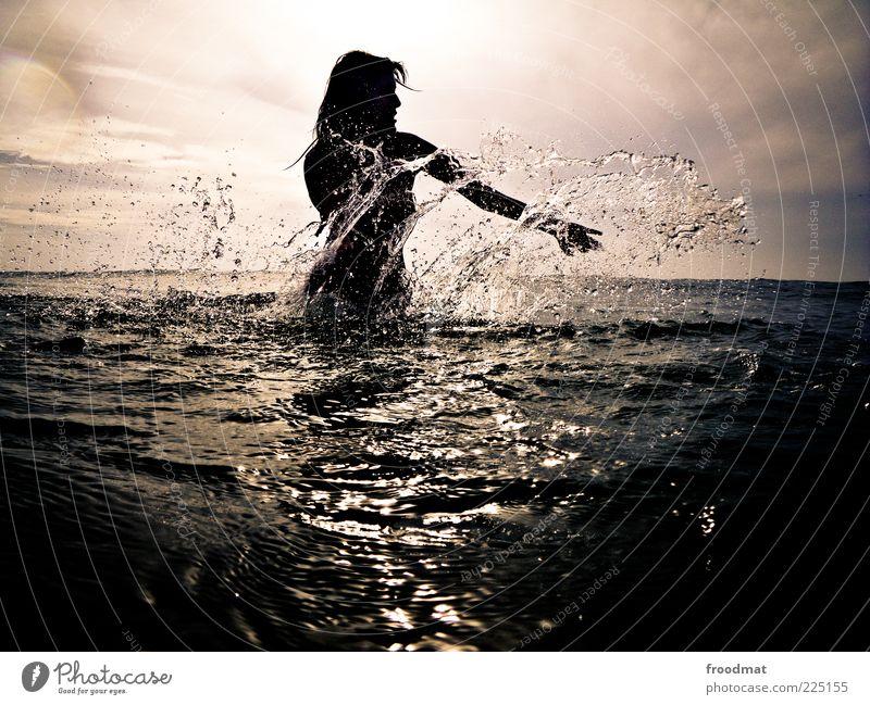 splash Mensch Frau Jugendliche Wasser schön Ferien & Urlaub & Reisen Sommer Meer Freude Erwachsene feminin Freiheit Bewegung Freizeit & Hobby Schwimmen & Baden frisch