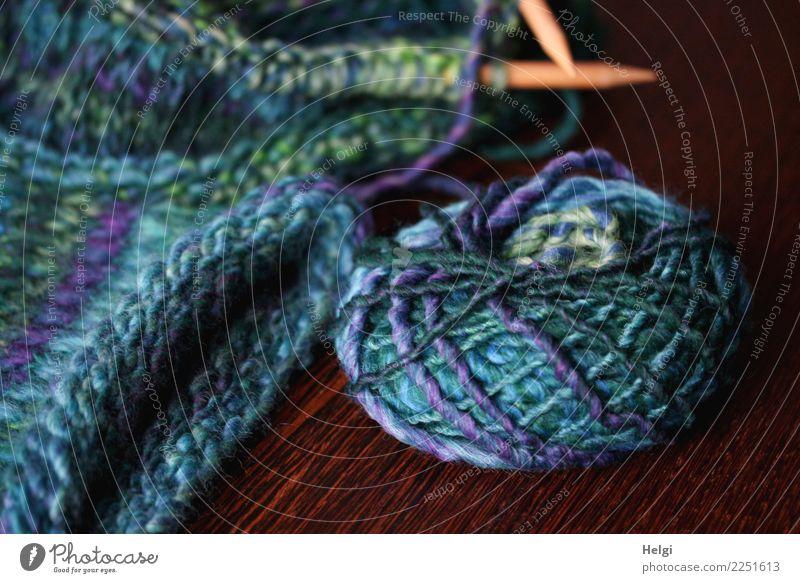 Freizeitspaß | stricken Wolle Knäuel Stricknadel Schlaufe Holz liegen schön einzigartig weich blau braun grün türkis Freude gewissenhaft geduldig fleißig