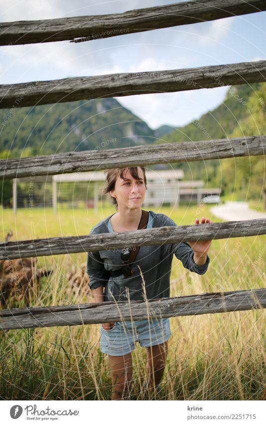 kuck mal feminin Junge Frau Jugendliche 1 Mensch 18-30 Jahre Erwachsene 30-45 Jahre Landschaft Sommer Wiese Feld beobachten Blick Lebensfreude Optimismus