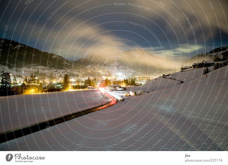 Blick nach Gstaad Wolken Winter Straße Erholung Schnee Berge u. Gebirge Umwelt Bewegung Nebel Tourismus fahren Alpen Schweiz Dorf Verkehrswege Schönes Wetter