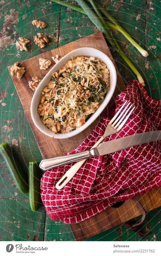 Auflauf Lebensmittel Gemüse Käse Zucchini Frühlingszwiebel Nuss Walnuss Ernährung Essen Mittagessen Abendessen Bioprodukte Vegetarische Ernährung Diät Besteck