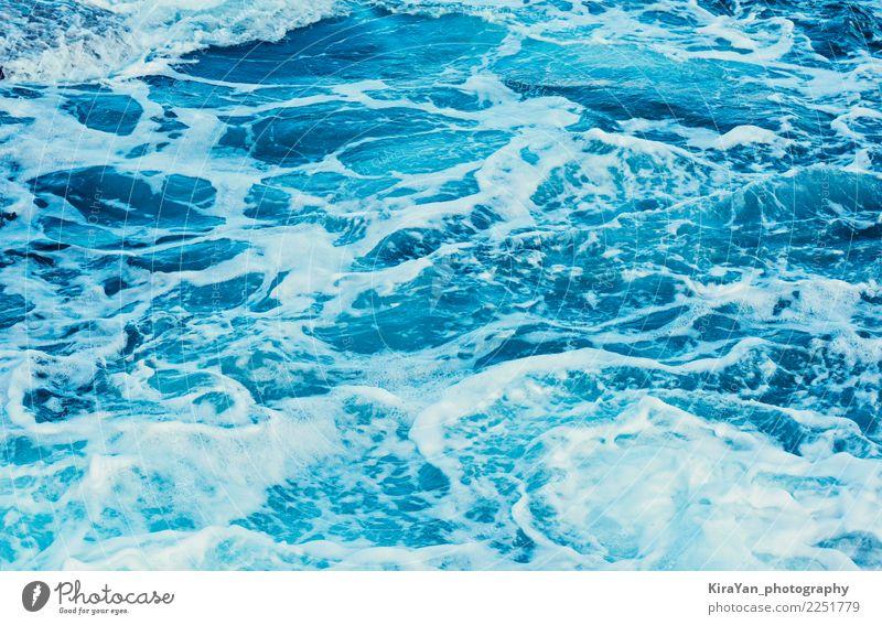 Aqua blaues Meerwasser, natürliches Licht der Beschaffenheit und Wellen Natur Sommer Farbe Wasser weiß Strand Bewegung hell frisch Wind Schönes Wetter nass