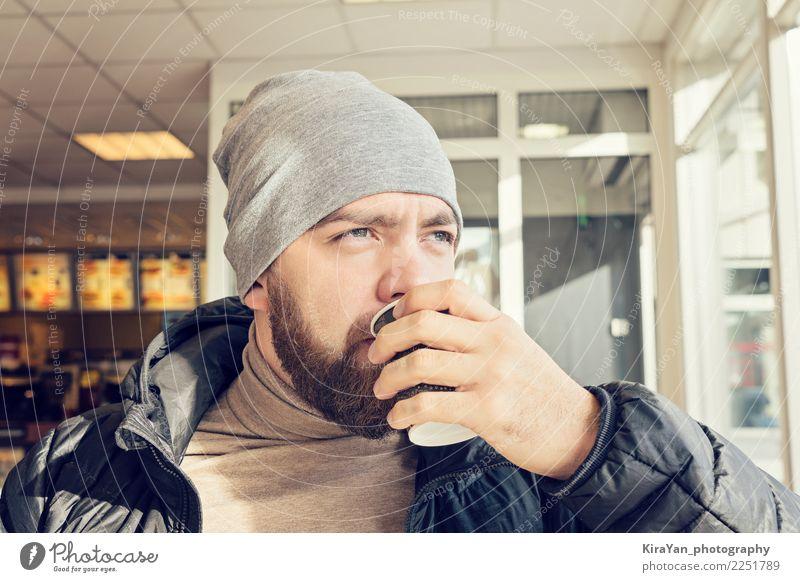 Erwachsener bärtiger Mann, der heißen Kaffee trinkt Kaffeetrinken Tee Lifestyle Gesicht Auge Hand Finger 1 Mensch 30-45 Jahre Bekleidung Oberlippenbart Vollbart