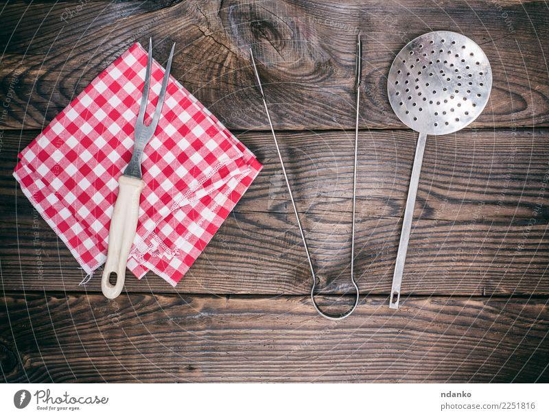 hölzerner Hintergrund mit Vintage Küchenutensilien Besteck Gabel Tisch Restaurant Stoff Holz alt retro braun rot Essen zubereiten Top Tischwäsche rustikal