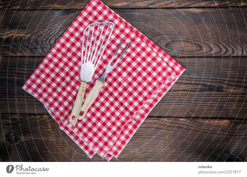 Vintage Küchengeräte auf einer roten Serviette Besteck Gabel Tisch Stoff Holz retro braun weiß Deckung Picknick leer Speisekarte Textil Tischwäsche Konsistenz