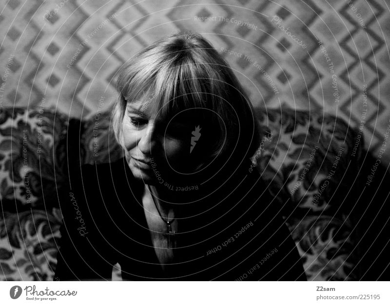 wie die zeit vergeht Frau Mensch schön ruhig Haus dunkel feminin Haare & Frisuren träumen Traurigkeit Denken Erwachsene blond sitzen natürlich retro
