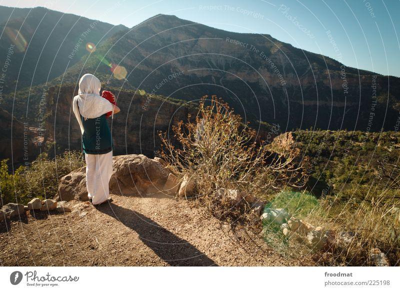 paradise valley Mensch Frau Natur Sommer Einsamkeit ruhig Erwachsene Ferne Landschaft Berge u. Gebirge Stein Baby Felsen Mutter Sträucher stoppen