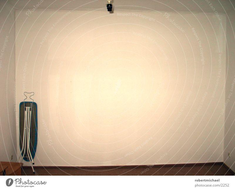 surfen oder bügel? Wand Raum Wohnung leer Dinge Tapete Umzug (Wohnungswechsel) vergessen Leerstand Raufasertapete Haushaltsgerät Bügelbrett Lampenfassung Vor hellem Hintergrund