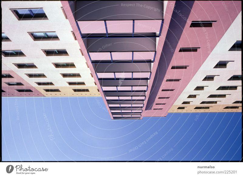 überflieger Umwelt Menschenleer Haus Hochhaus Fassade Balkon eckig modern Klischee trashig trist Stadt blau mehrfarbig violett rosa ästhetisch Ordnung Ferne
