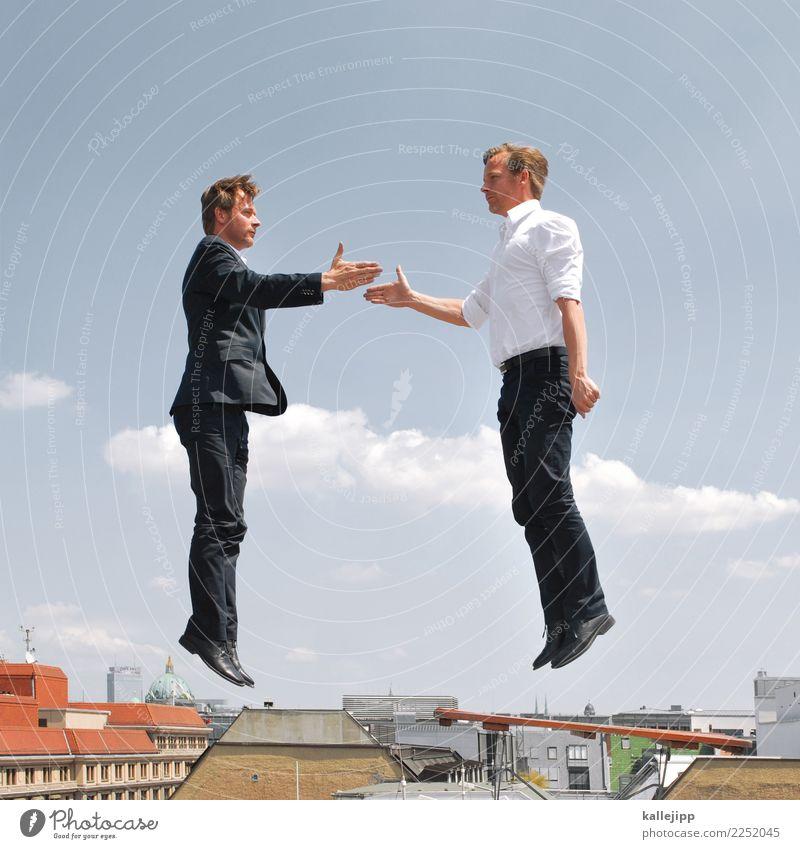 Zwei Geschäftsleute beim Handschlag in der Luft Beruf Arbeitsplatz Büro Wirtschaft Kapitalwirtschaft Börse Geldinstitut Mensch maskulin Mann Erwachsene