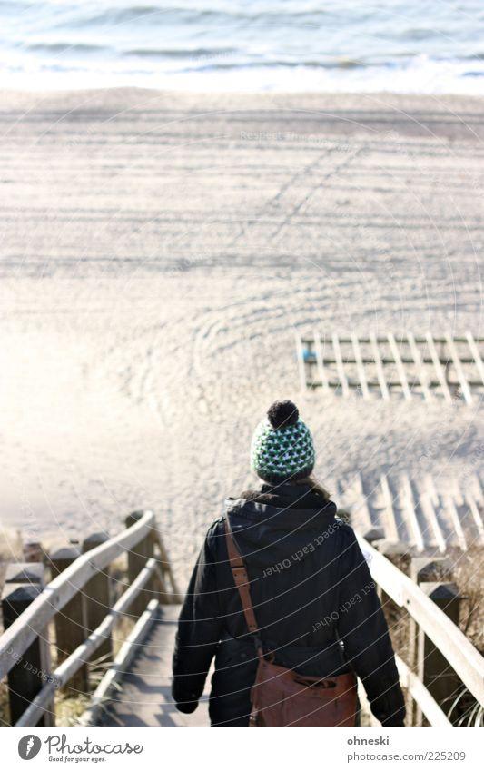 Downstairs Mensch 1 Urelemente Sand Wasser Wellen Küste Strand Nordsee Wege & Pfade Ferne Mütze Treppe Farbfoto Außenaufnahme Textfreiraum oben Sonnenlicht