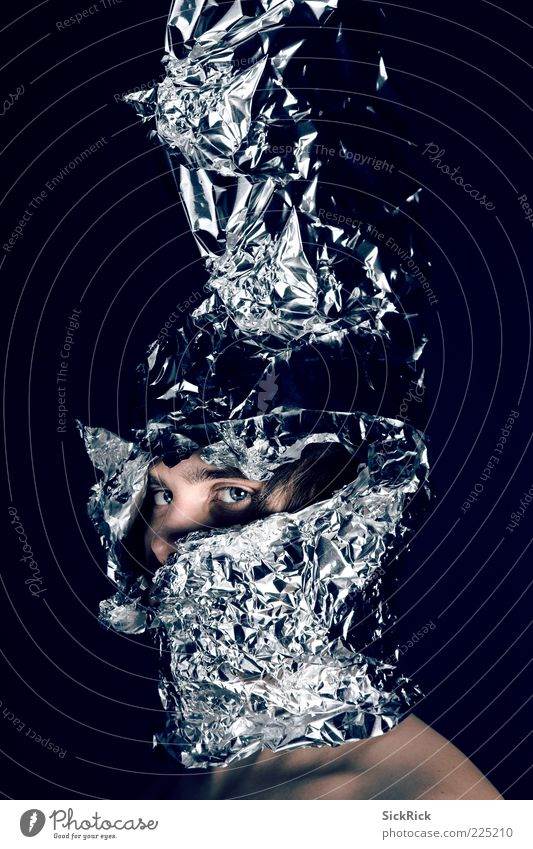 Knight maskulin Mann Erwachsene Auge 1 Mensch 18-30 Jahre Jugendliche Helm bedrohlich gruselig blau verstört ästhetisch bizarr Aluminium Kopfbedeckung Riss