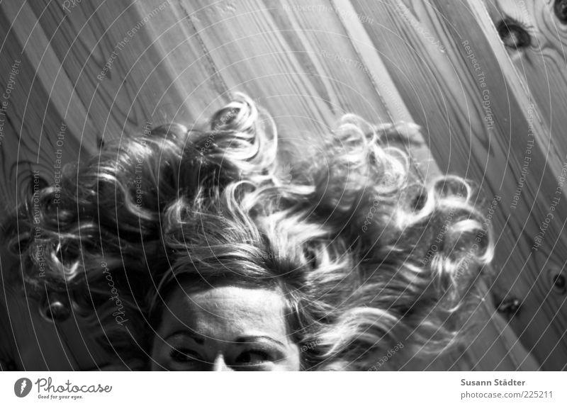Wischmopp Frau Jugendliche Auge feminin Kopf Haare & Frisuren träumen Erwachsene blond liegen Locken langhaarig 18-30 Jahre Pony Holzfußboden Anschnitt