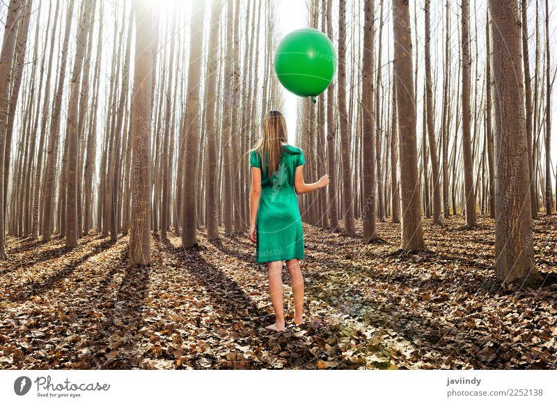Schönes blondes Mädchen, gekleidet im Grün, stehend im Wald Frau Mensch Natur Jugendliche Junge Frau Farbe schön grün Baum Erholung Blatt Freude 18-30 Jahre
