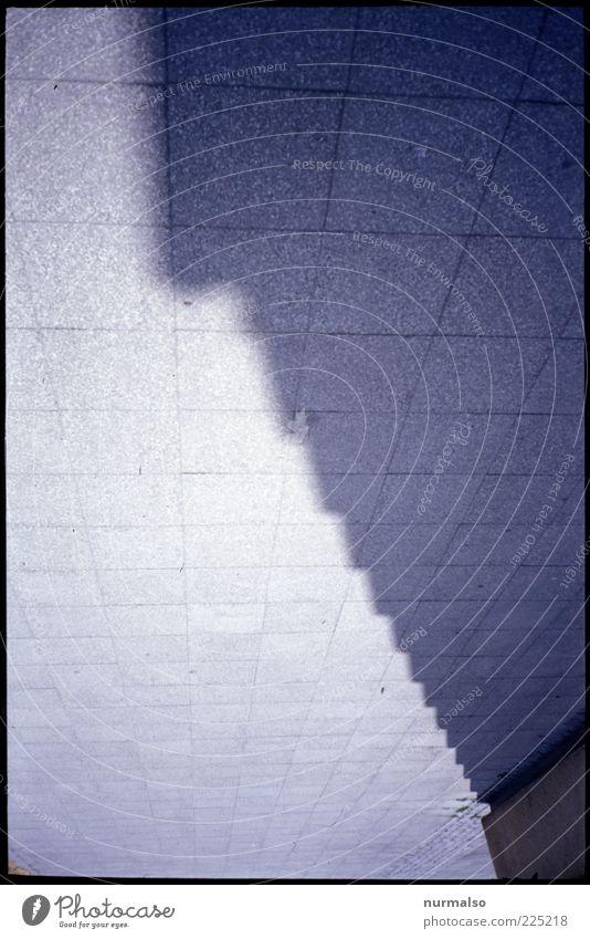 ecke an ecke Lifestyle Umwelt Menschenleer Haus Platz Mauer Wand Fassade Verkehrswege Wege & Pfade Zeichen eckig kalt ästhetisch Stein Pflastersteine Symmetrie