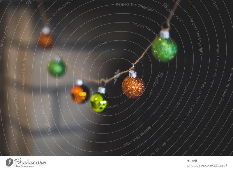 Girlande Dekoration & Verzierung Kitsch Krimskrams Christbaumkugel Weihnachten & Advent Weihnachtsdekoration grün orange Farbfoto Innenaufnahme Detailaufnahme