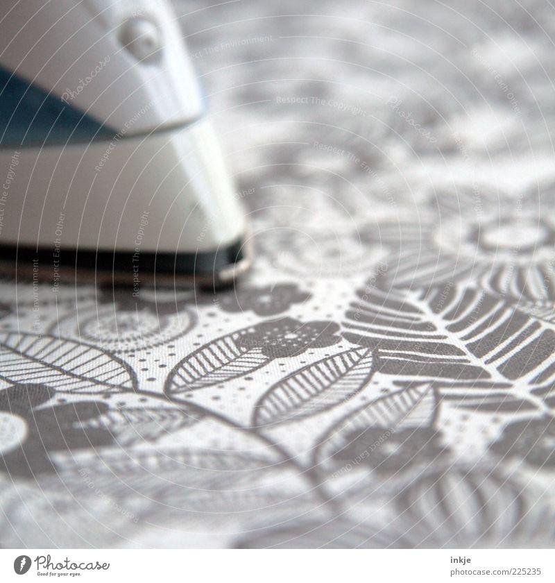 Bügelbild Stimmung Sauberkeit Kitsch Stress trashig anstrengen Haushalt fleißig altmodisch bügeln Alltagsfotografie Reinlichkeit Haushaltsführung Morgen Muster
