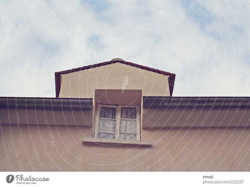 _/\__ Mauer Wand Fenster alt retro Dachrinne Himmel Haus Dachgiebel Farbfoto Außenaufnahme Textfreiraum oben Textfreiraum unten Tag Fassade Wolkenhimmel