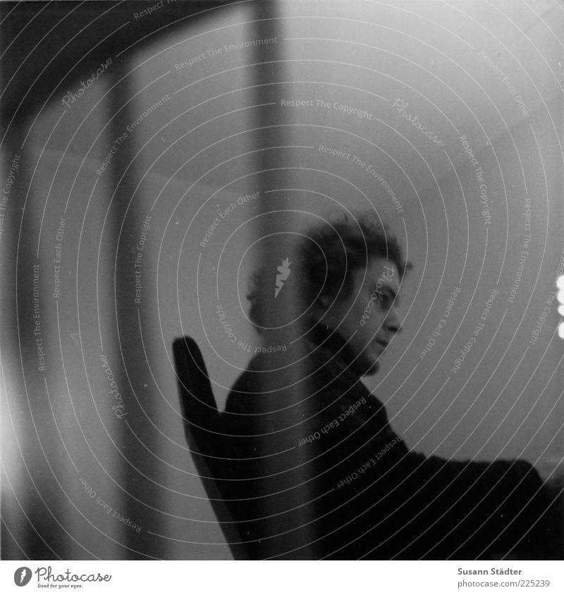 n=0 Mann Erwachsene Kopf Haare & Frisuren Arbeit & Erwerbstätigkeit blond sitzen maskulin Stuhl nachdenklich 18-30 Jahre schreiben Schreibtisch analog Locken Pullover
