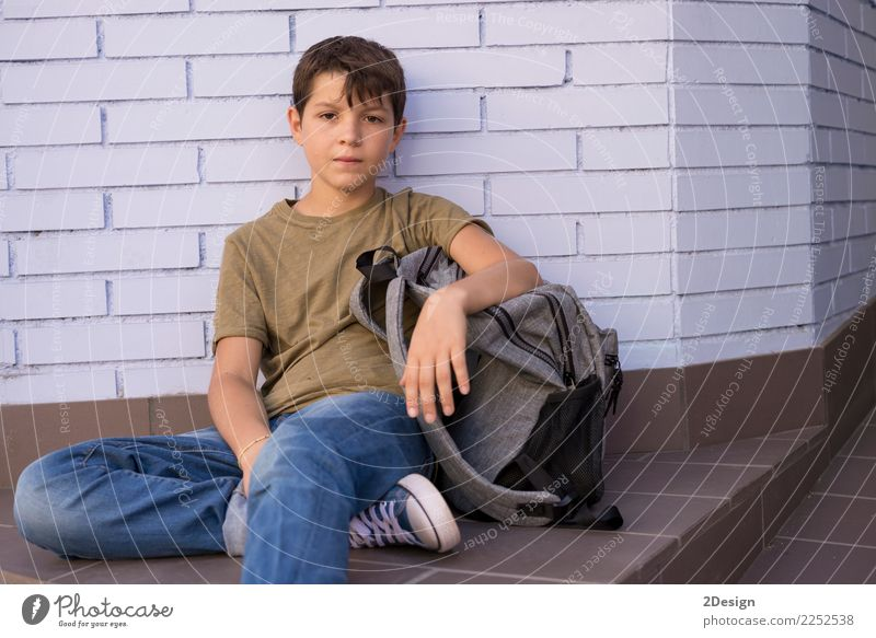Nettes Kind, das seinen Rucksack trägt (zurück zu Schulkonzept) Mensch Jugendliche Mann Erwachsene Lifestyle Herbst Junge Glück Schule maskulin Kindheit sitzen