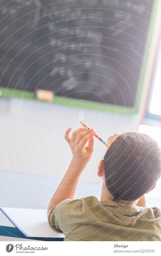 Kind, das den Unterricht an der Tafel besucht Schule lernen Klassenraum Lehrer Studium Prüfung & Examen Mensch Junge Mann Erwachsene hören Kaukasier Menschen