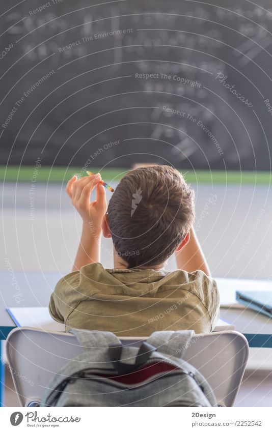 Täglicher Tag in einem Klassenzimmer in der Schule. Kind Mensch Mann Erwachsene Junge lernen Studium hören Tafel Entwurf Prüfung & Examen Lehrer Schulklasse