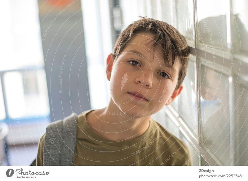 Student, der auf dem Korridor einer Schule stillsteht Lifestyle Freizeit & Hobby Kind Schulkind sprechen Telefon Handy PDA Technik & Technologie Mensch Junge
