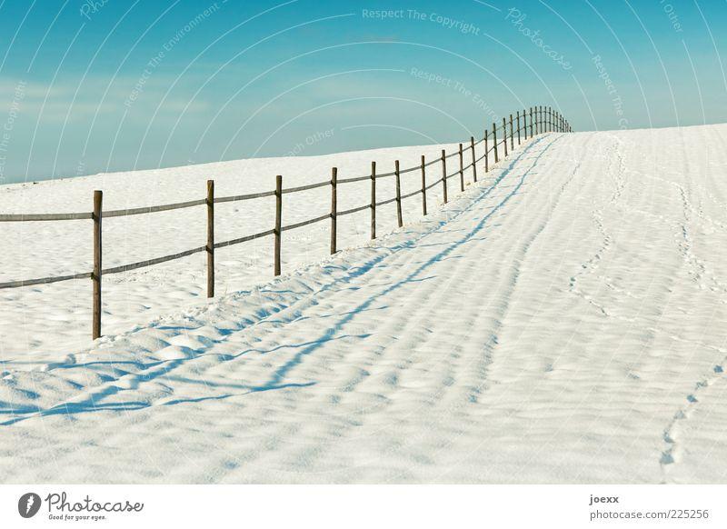 Mein Gartenzaun. alt Himmel weiß blau Winter Schnee Landschaft Feld Grenze Fußspur Zaun Schönes Wetter Schneelandschaft mehrfarbig himmelblau Metallzaun