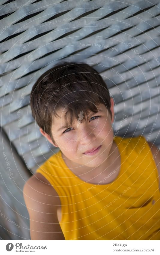 Lächelndes jugendlich Porträt, das ein gelbes Hemd trägt Lifestyle Erholung Freizeit & Hobby Sommer Sport Mensch Junge Mann Erwachsene Jugendliche 1 8-13 Jahre