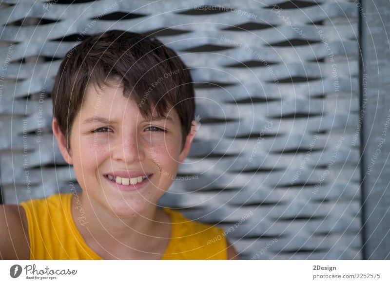 Lächelndes jugendlich Porträt, das ein gelbes Hemd trägt Lifestyle Erholung Freizeit & Hobby Sommer Sport Mensch Junge Mann Erwachsene Jugendliche 8-13 Jahre