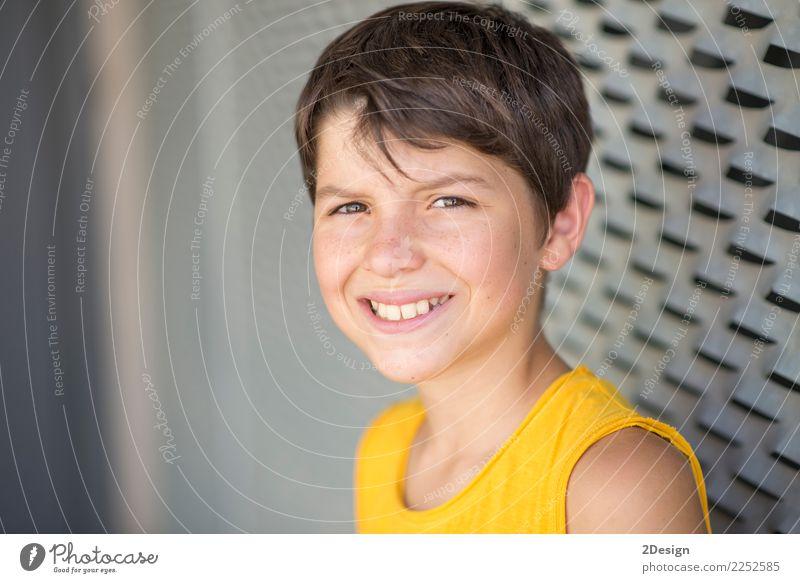 Lächelndes jugendlich Porträt, das ein gelbes Hemd trägt Lifestyle Erholung Freizeit & Hobby Sommer Sport Mensch Junge Mann Erwachsene Jugendliche Park Straße