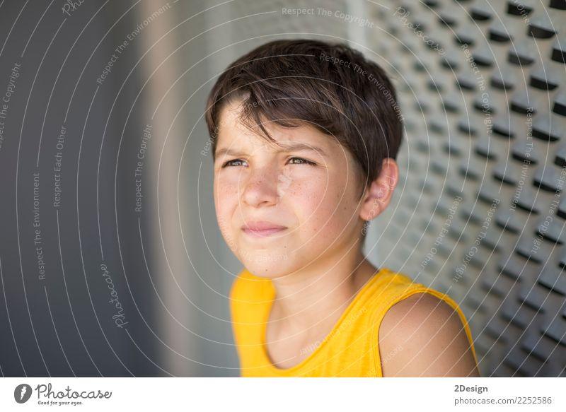 Mensch Jugendliche Mann Sommer Erholung Einsamkeit ruhig Straße Erwachsene gelb Lifestyle Sport Junge Mode Freizeit & Hobby Zufriedenheit