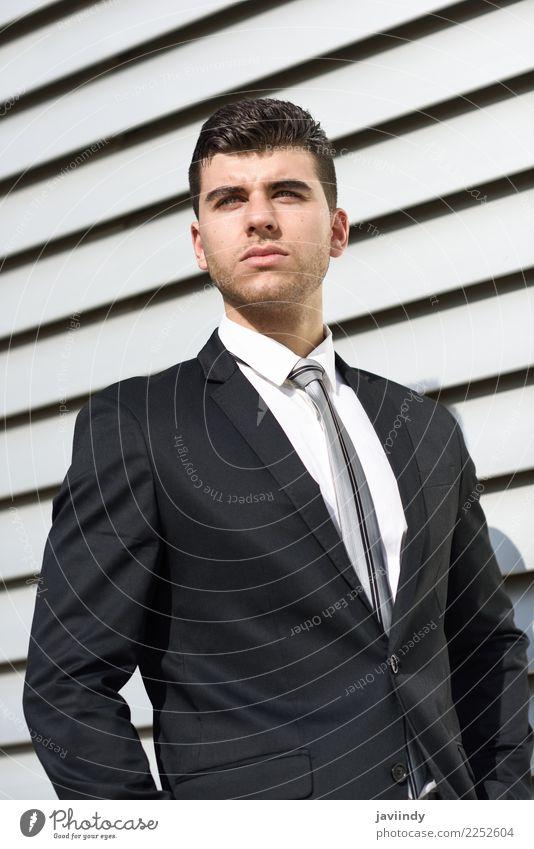 Junger Geschäftsmann im städtischen Hintergrund schön Haare & Frisuren Erfolg Beruf Büro Business Mensch maskulin Junger Mann Jugendliche Erwachsene 1